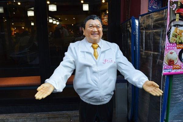 築地の食べ物屋(有名寿司店の看板人形)