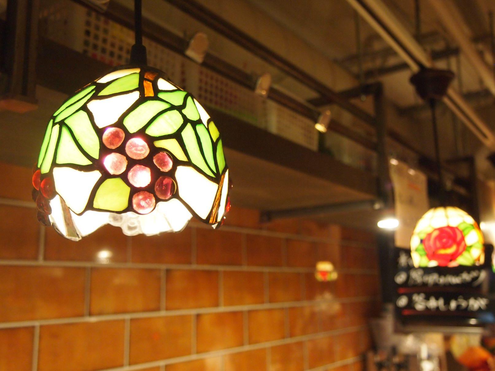 【大山】『大衆酒場ろくふみ』大衆酒場×ステンドグラスで、入りやすいお店に変身!女性も大歓迎の店内。