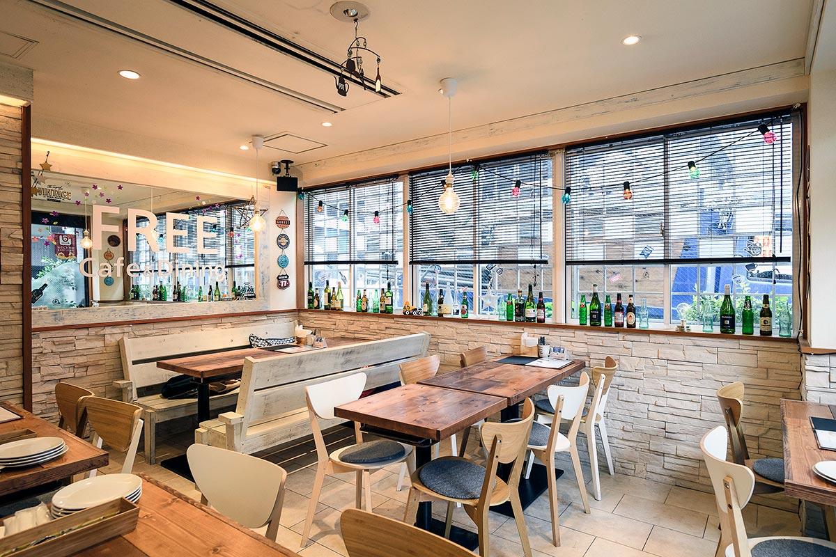 カウンター席を全てテーブル席に改装! 型にはまらない自由な発想で生まれ変わったカフェ&ダイニング