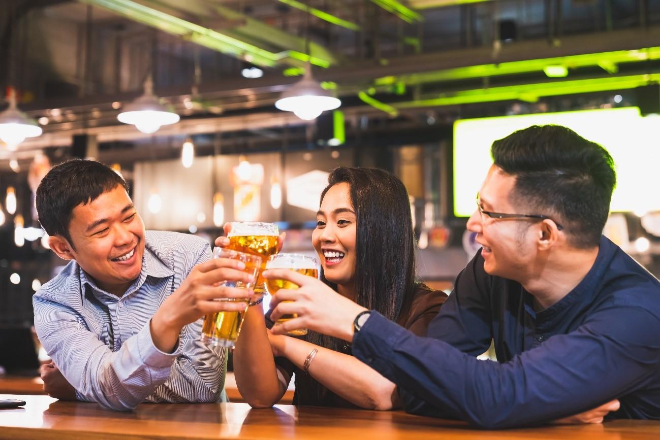 飲食店はハッピーアワー導入で集客力アップ!メリットや方法を解説