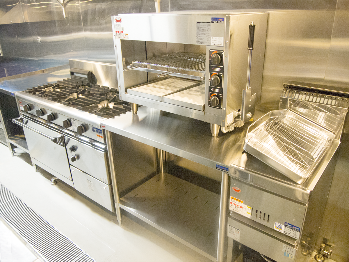 導線に沿って並べられた調理機器