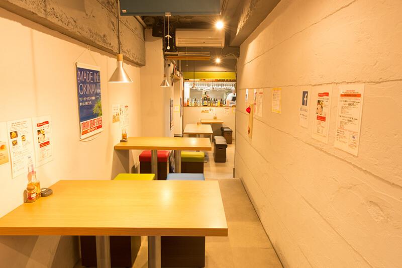 「らしくない」内装の沖縄×ワインのダイニング<br></noscript>清潔感たもちやすい内装に生きる店舗運営の知恵